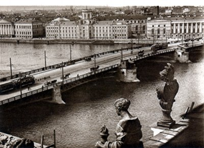 Postcard photo - Reoublican Bridge, Academy of Sciences, Leningrad 1920s (small)